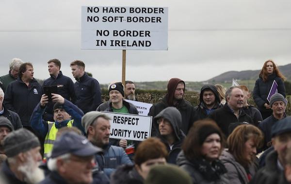 borderprotest2.jpg